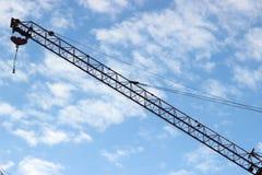 Aufbaukran gegen den Himmel Stockfotografie