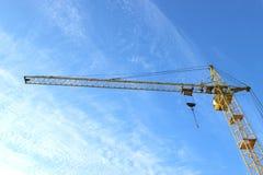 Aufbaukran gegen den Himmel Stockbild
