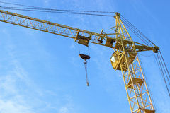 Aufbaukran gegen den Himmel Stockfoto