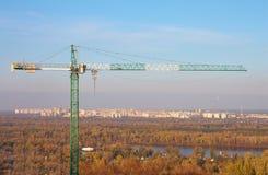 Aufbaukran mit Himmel- und Stadthäusern Lizenzfreie Stockfotos