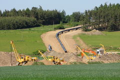 Aufbaumaschinerie in der landwirtschaftlichen Landschaft Stockbilder
