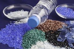 Aufbereitete Plastikpolymere aus HAUSTIER-Wasserflasche heraus Stockfoto