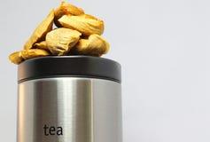 Aufbereitete Teebeutel auf einer Teedose Lizenzfreies Stockbild