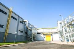 Aufbereitetes überschüssiges Silo- und Rohrleitungssystem, wenn Abfall zur Energiepflanze aufbereitet wird Stockfotos