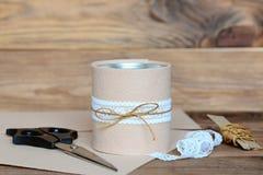 Aufbereitetes Blechdosehandwerk Einfache und billige Idee für schöne verzierende alte Blechdose Aufbereitetes Handwerksprojekt Ma Stockfotografie
