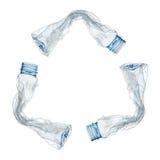 aufbereitetes Zeichen durch die Plastikflaschen lokalisiert auf Weiß Stockbilder