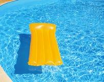 Aufblasbare Matratze, die in das Pool schwimmt Lizenzfreie Stockfotos