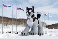 Aufblasbare pneumatische Zahl des heiseren Schlittenhundes - Symbol des traditionellen Kamchatka-Schlitten-Hunderennens Beringia Lizenzfreies Stockbild