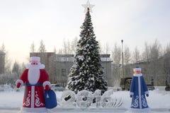 Aufblasbare Santa Claus nahe dem Weihnachtsbaum an Stockfoto