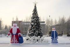 Aufblasbare Santa Claus nahe Weihnachtsbaum auf Stockfotografie