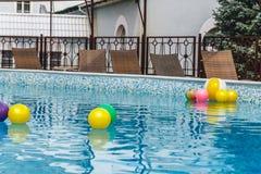 Aufblasbare Wasseraktivit?ten, B?lle, Matratzen, Kreise, Rohre schwimmen auf das Wasser im Pool stockbild