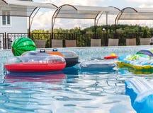 Aufblasbare Wasseraktivit?ten, B?lle, Matratzen, Kreise, Rohre schwimmen auf das Wasser im Pool stockbilder