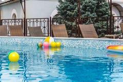 Aufblasbare Wasseraktivit?ten, B?lle, Matratzen, Kreise, Rohre schwimmen auf das Wasser im Pool lizenzfreie stockfotografie