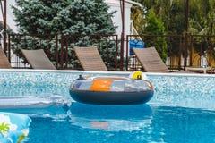 Aufblasbare Wasseraktivit?ten, B?lle, Matratzen, Kreise, Rohre schwimmen auf das Wasser im Pool lizenzfreie stockbilder