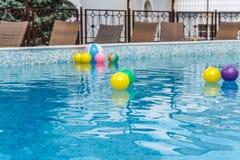 Aufblasbare Wasseraktivit?ten, B?lle, Matratzen, Kreise, Rohre schwimmen auf das Wasser im Pool stockfotografie
