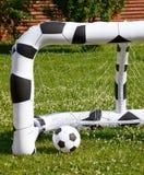 Aufblasbarer Fußballball und -ziel im Garten Stockbild