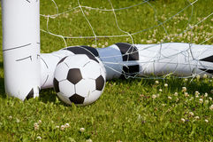 Aufblasbarer Kinderfußballball in einem Ziel Stockfoto