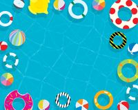 Aufblasbarer Ring- und MatratzensommerSwimmingpool-Feiertagsferienhintergrund von der oben genannten hohen Ansicht Lizenzfreie Stockbilder
