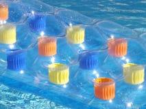 Aufblasbares Bett auf Swimmingpool lizenzfreies stockbild