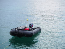 Aufblasbares Boot auf dem Ozean Lizenzfreies Stockfoto