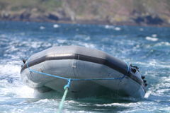 Aufblasbares Boot, das geschleppt wird Stockfotografie