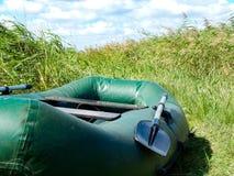 Aufblasbares Boot für das Schwimmen mit Ruderständen stockfoto