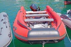 Aufblasbares Boot festgemacht an der Küste klar Stockbild