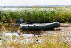 Aufblasbares Boot mit einem Motor Lizenzfreies Stockbild