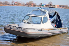 Aufblasbares Boot mit einer Kabine Lizenzfreie Stockfotografie