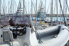 Aufblasbares Motorboot im Trockendock Stockfotos