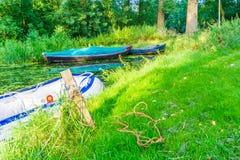 Aufblasbares Rettungsplastikschiff in der Flusslandschaft Stockbilder