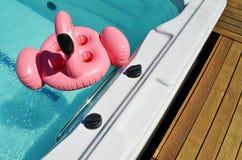 Aufblasbares Spielzeug im Badekurortpool lizenzfreie stockfotos