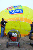 Aufblasen des Heißluft-Ballons Stockfotografie