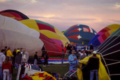 Aufblasen von Heißluft-Ballonen Stockfotografie