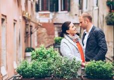 Aufenthalt des verheirateten Paars auf der Brücke in Venedig Stockbilder