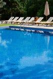 Aufenthaltsräume am Pool lizenzfreies stockbild