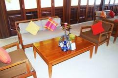 Aufenthaltsraum-Couchtisch und Stühle auf Sand-Boden lizenzfreie stockfotografie
