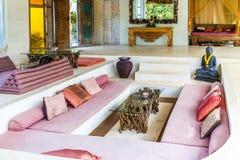 Aufenthaltsraum des Balineselandhauses lizenzfreie stockfotografie