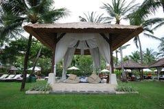 Aufenthaltsraum Gazebo an der tropischen Rücksortierung (Bali). Stockfotografie