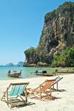 Aufenthaltsraum-Stühle auf tropischem Strand stockfotografie