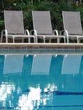 Aufenthaltsraum-Stühle durch Pool Stockfotografie