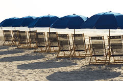 Aufenthaltsraum-Stuhl auf dem Strand Stockfotografie