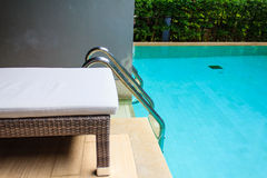 Aufenthaltsraum sunbed im Swimmingpool lizenzfreie stockfotos