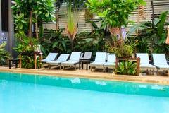 Aufenthaltsraum sunbed im Swimmingpool stockfotos