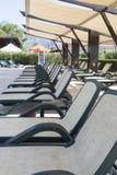 Aufenthaltsraum sunbeds nähern sich Swimmingpool stockbilder
