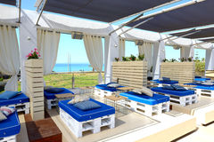 Aufenthaltsraumbereich nahe Swimmingpool im modernen Luxushotel Lizenzfreies Stockbild