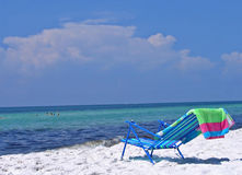 Aufenthaltsraumstuhl auf dem Strand Lizenzfreie Stockbilder