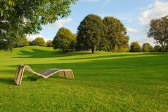 Aufenthaltsraumstuhl im Park Lizenzfreie Stockfotos