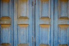 Auffallende blaue hölzerne Fensterläden Lizenzfreies Stockbild