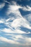 Auffallende blaue Himmel und Wolken Stockbilder